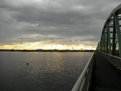 雨と橋と光