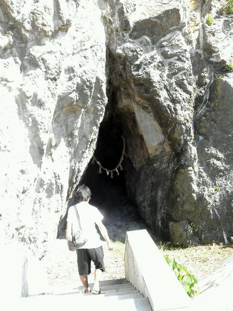 洞窟突入。