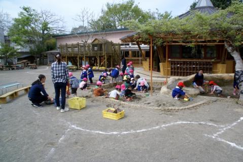 2006-11-08 25年度2日目4月8日遊具指導、小学生来園 020 (800x534)