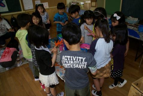2006-11-16 25年4月17日年長鯉のぼり制作 010 (800x536)