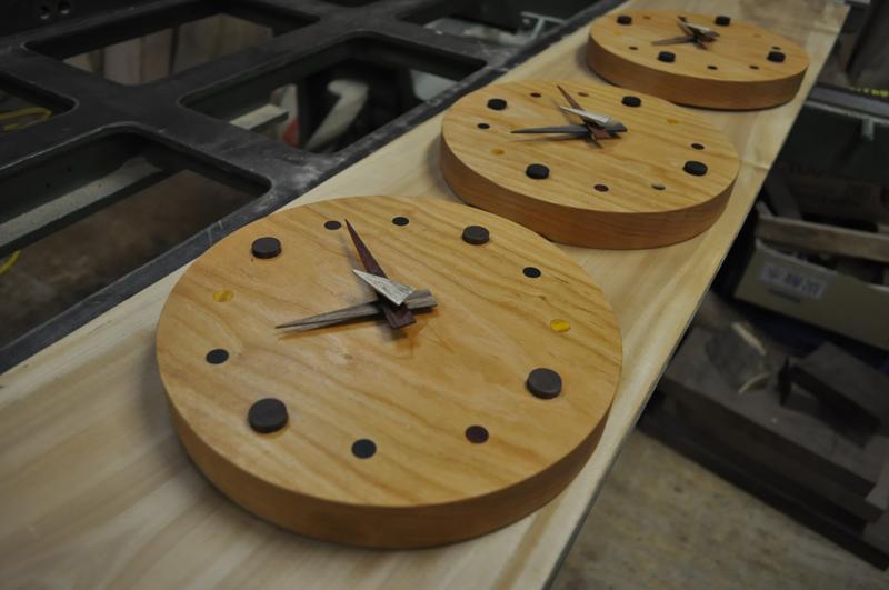 埋め木の丸掛け時計