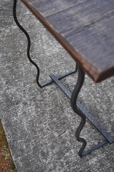 鉄脚の小テーブル