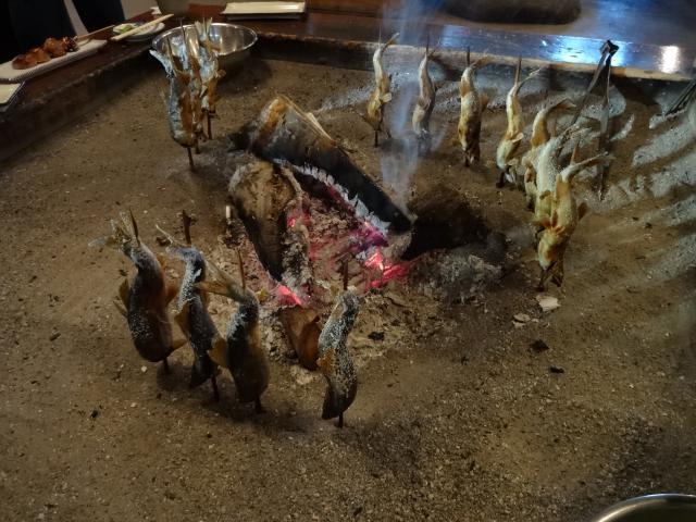 囲炉裏端の鮎