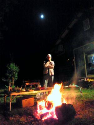 工藤夫妻と月夜の焚き火