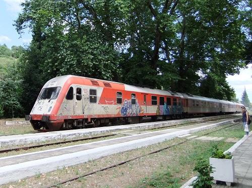 エデッサ駅に列車到着