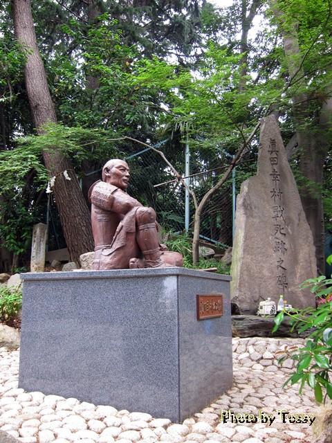 真田幸村像と石碑 一本松