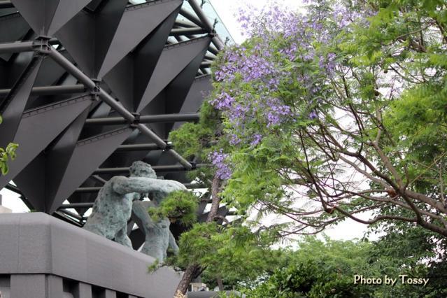 一心寺の三門仁王像とジャカランダ