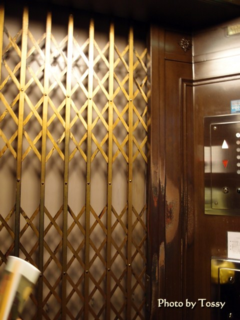東華菜館 エレベーターの蛇腹式内扉