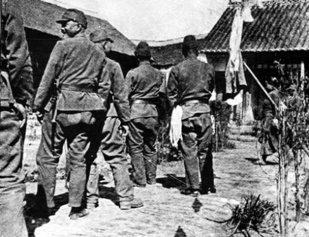 慰安所に並ぶ兵士たち450