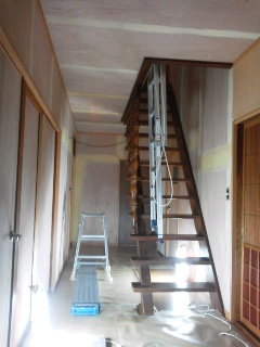 玄関ホール階段パテ処理