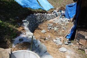 家の裏の石垣と井戸