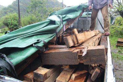 古材を積んだトラック