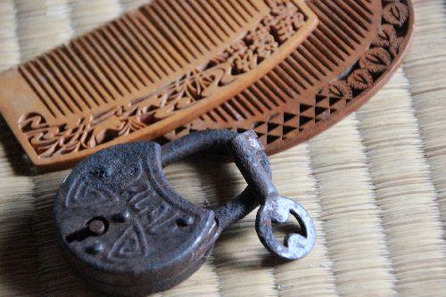 骨董錠前と鍵と柘植櫛