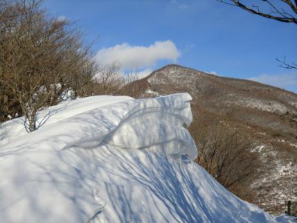 雪庇の後に荒山