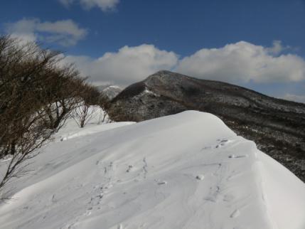 雪庇越しに荒山