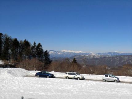 縦列駐車、後方は乗鞍岳
