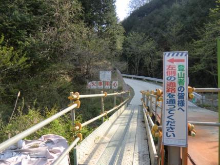 橋を渡ってすぐに左へ