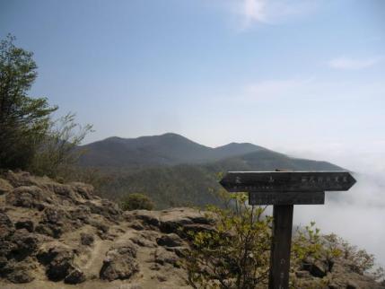 ひさし岩、後方に長七郎山
