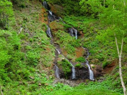 向かい側には滝も