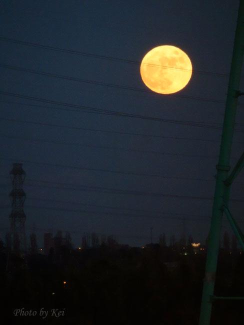 埼スタから見た満月♪