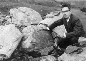 岡藤五郎、化石の採集現場にて