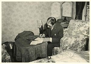 ホテルの部屋で手紙を書くコルトー