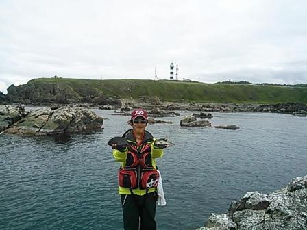 20130616 灯台をバックにやまちゃん メジナ