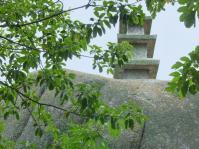 巨岩 展望岩の頂上に三重塔が置かれている。