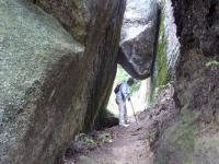 大岩をくぐりぬけ登って行く
