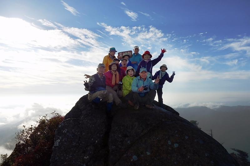 天狗岳山頂に立つ 11人とカメラのFuちゃん