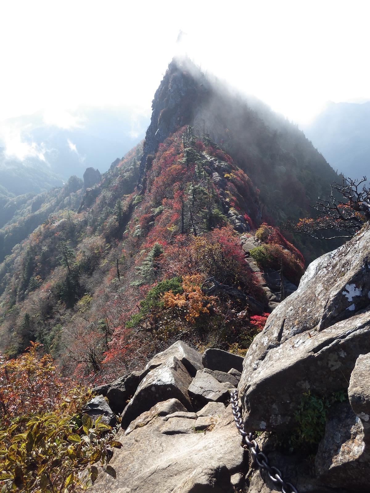 7:49 天狗岳から戻り カメラ 此処 鎖から歩く