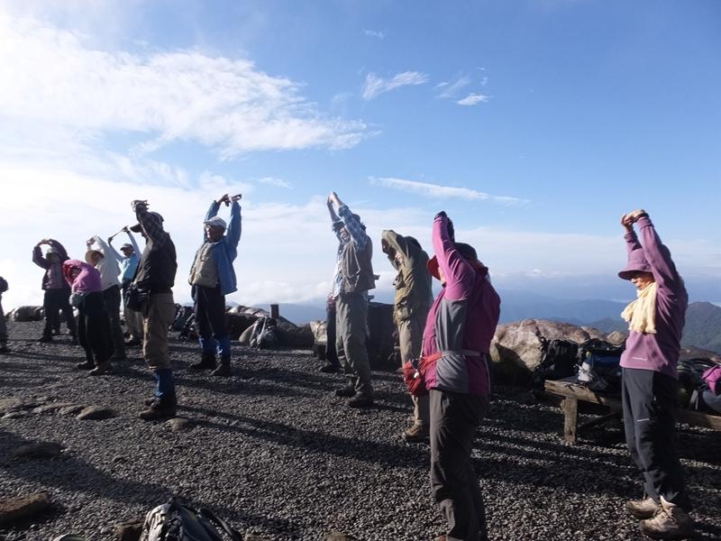8:25 10日(2日目)山頂での準備体操、