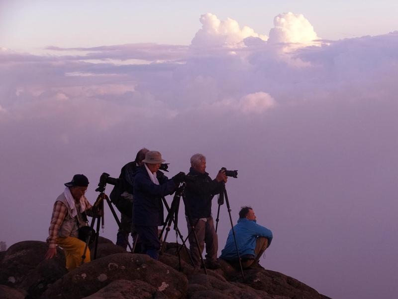 17:35 夕陽を待つ カメラマン