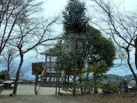 山頂の展望台 数名の人達が昼食、春休み 子供達も賑やか・・・