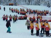 連日 多くの学生がスキー教室に入学