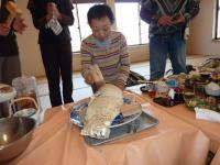塩蒸しの大きな鯛 木槌で塩を落として食べます。
