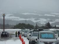 高鷲スノーパーク 此処も満車状態 向にひるがの高原、鷲ヶ岳が目の前に見える。