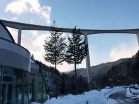 高速道開通で高い橋脚の下になった温泉 昔の風景とは一変しています。
