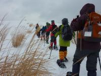 リーダー、他雪山歩き体験者によるラッセルの後を歩く