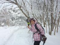 11:30 樹林の中 新雪を踏み通りぬける。