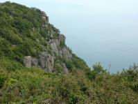 山頂から霞む瀬戸内海 瀬戸大橋、小島も見える。