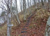 本丸まで後少し‥登山道には杭が並べられ歩きやすい