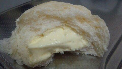 冷やして食べるクリームパン中身