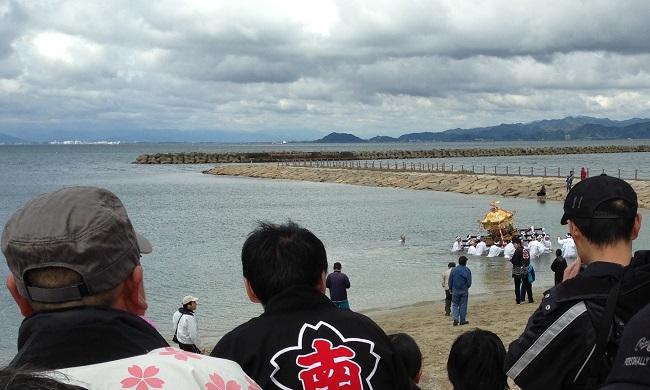 神輿が海に入っていく