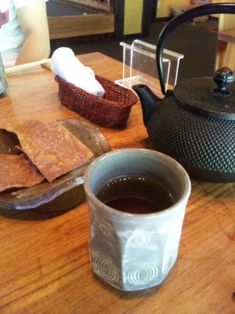 そば煎餅とお茶と鉄瓶