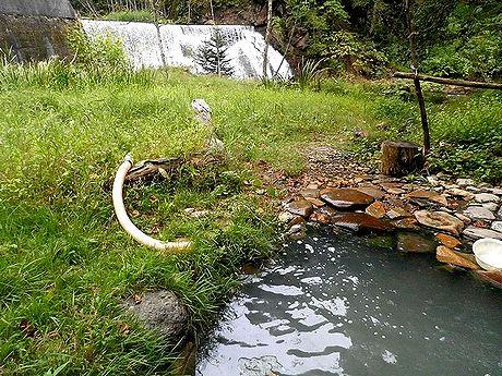 ダム下の湯