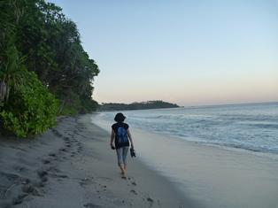 朝の散歩、誰もいない海岸