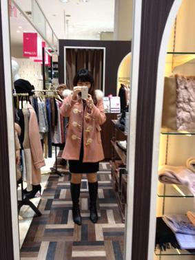 ピンクのダッフルコート