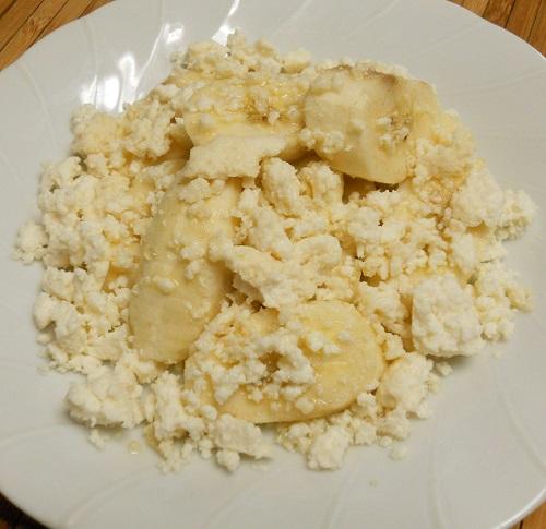 スキムミルク使用のカッテージチーズ、バナナと蜂蜜添え