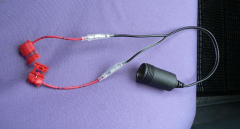 割り込み式電源コネクターをシガーソケットと接続